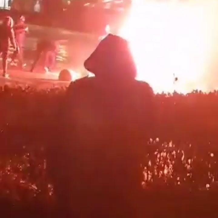Queman la estatua de Ibrahimovic y destrozan su casa