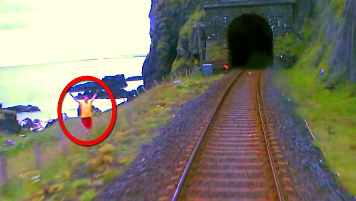 Han prøver desperat å advare togføreren om hva som venter i tunnelen