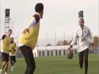 Keylor Navas, al propio estilo de LeBron James, se roba el show en entrenamiento del PSG