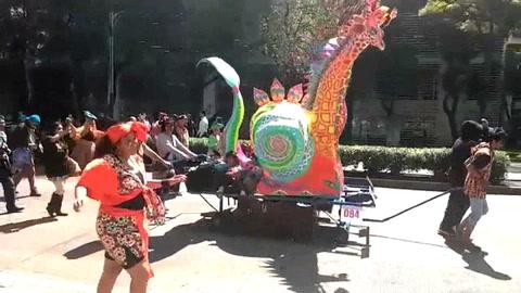 Un desfile de 174 alebrijes provoca la algarabía de miles en Ciudad de México