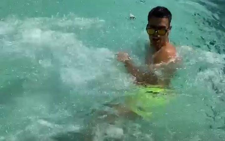 La broma pesada de Marta Díaz a Reguilón en la piscina