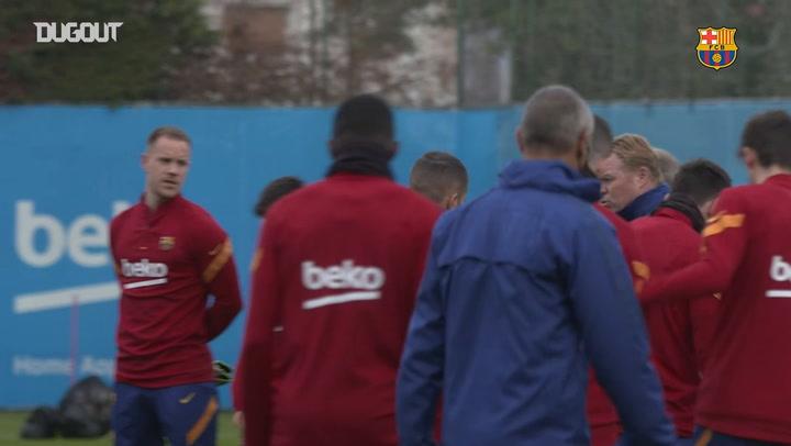 Minute's silence for Diego Maradona before Barcelona training