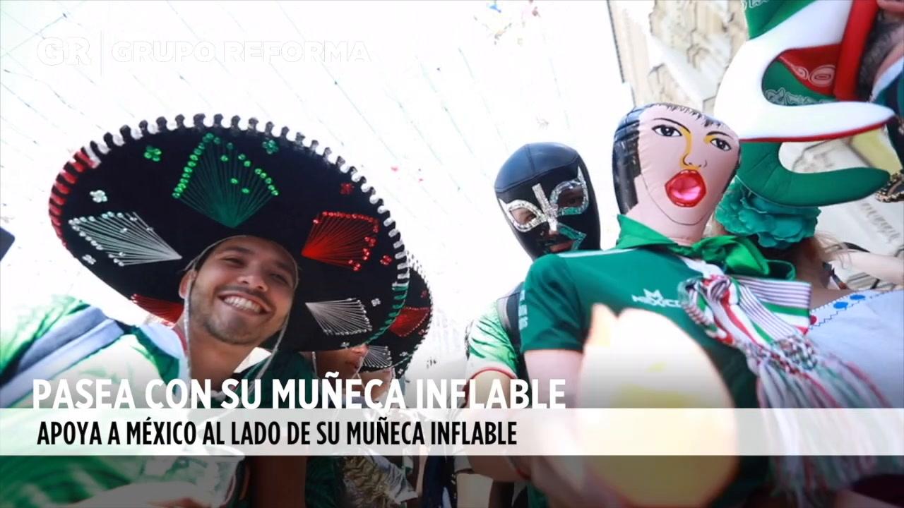 Video: Mexicano pasea en el Mundial con su muñeca inflable