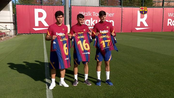 Aleñá, Pedri y Trincao ya lucen sus dorsales con el Barça