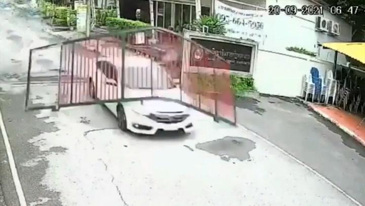 คลิปนาทีรถเก๋งมาไว พุ่งชนไม่สนประตู ทำงงหนีอะไรมา?