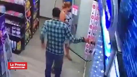Captan a pareja hondureña robando cervezas en una tienda