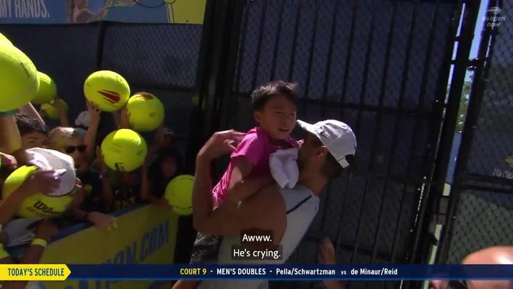 Rafa Nadal rescata y consuela con ternura a un pequeño fan