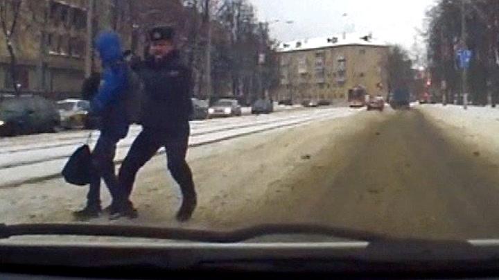 Her redder politimannen skoleelev
