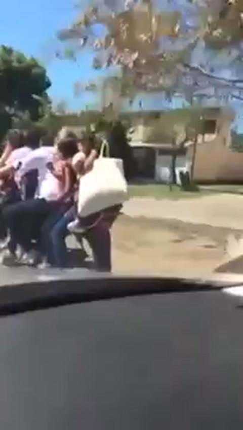 Ocho personas, entre ellos seis niños, viajaban en una moto, sin un casco