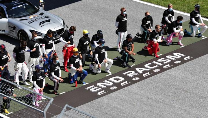 Hamilton y varios pilotos se arrodillan contra el racismo en el GP de Austria con el lema 'End Racism'