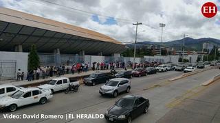 Hondureños realizan enorme fila en el Polideportivo de la UNAH para aplicación de Pfizer