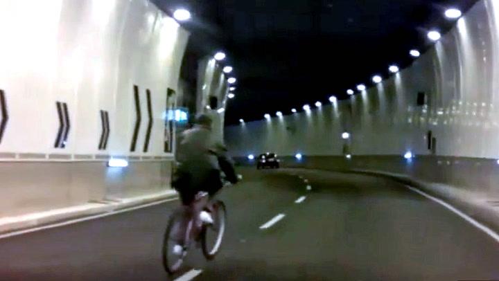 Full vinglende syklist skapte kaos i tunnelen