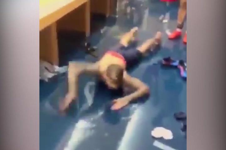 Mira como Dani Alves practica natación en el vestuario
