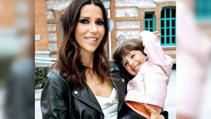 Nika vuelve a subirse a un escenario dos años después con su hija entre el público