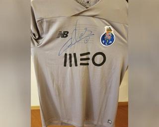 Subastan camisa de Iker Casillas para ayudar a las ligas menores de Honduras que sufren por el coronavirus