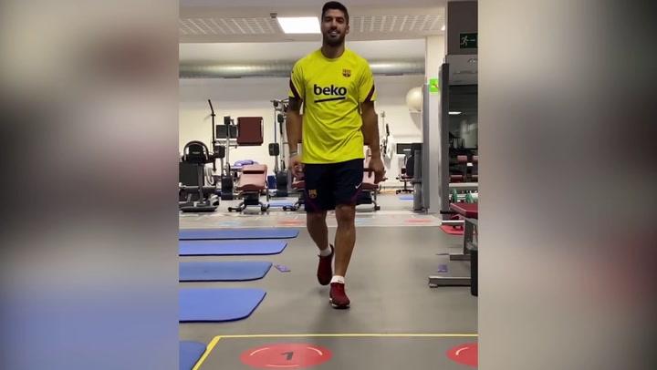Suárez sigue con su recuperación para estar pronto con sus compañeros... mientras anima al equipo desde la grada