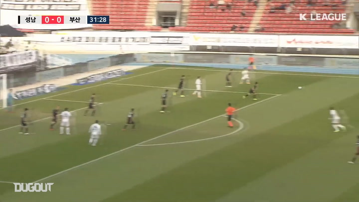 Lee Dong-jun hits net bursting volley against Seongnam