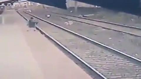 Heroico rescate en las vías de tren en India.mp4