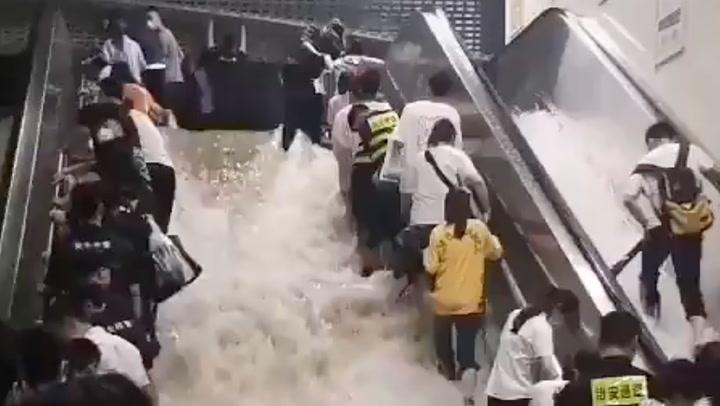 น้ำท่วมจีนหนักสุดในรอบ 1,000 ปี ทะลักเข้าสถานีรถไฟใต้ดิน ดับสลด 12 ศพ