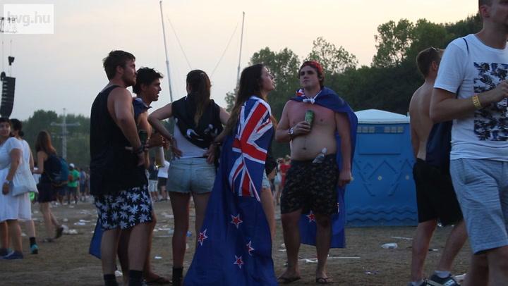 De miért cipelnek zászlókat a Szigetre az emberek?