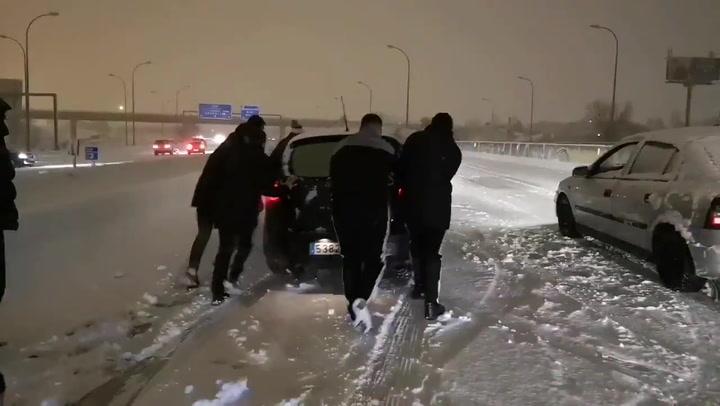 ¡Los jugadores del Rayo ayudan a los coches atascados en la gran nevada!
