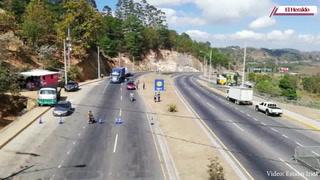 Fumigan vehículos que llegan a la capital en posta El Durazno