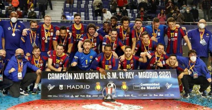 El Barça levanta el trofeo de Campeón de Copa ante el Ademar