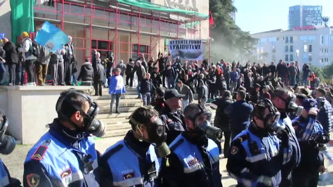 Protesta para pedir la dimisión del primer ministro albanés acaba en violencia
