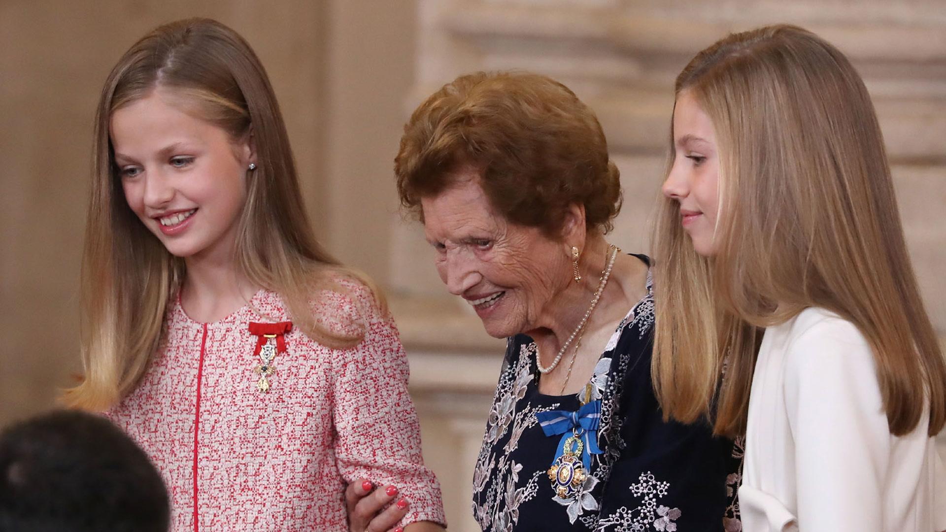El gesto de Leonor y Sofía con una mujer de 107 años