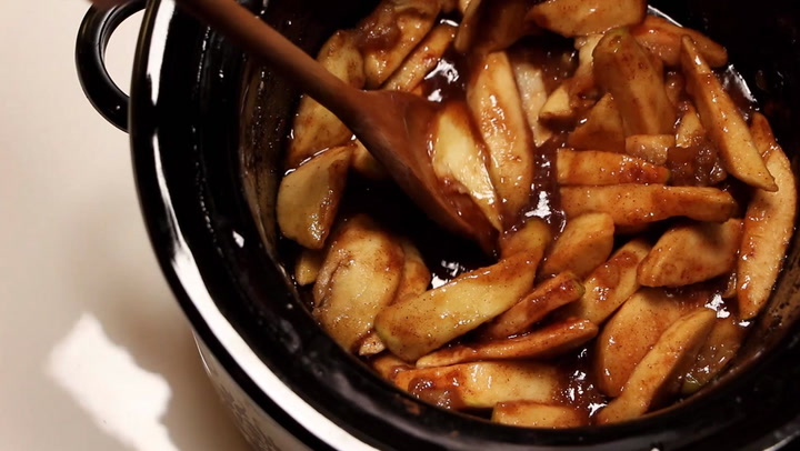 How to Make Warm Cinnamon-Spiced Apples in a Slow Cooker