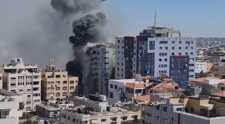 Instante en que un cohete israelí destruye la torre Al-Galaa, sede en Gaza de la BBC, AFP, Al Jazeera y AP