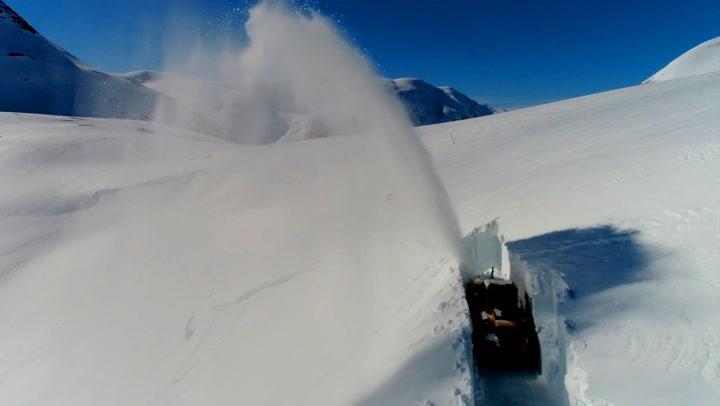 Utrolige bilder: Her ryddes Trollstigen for snø