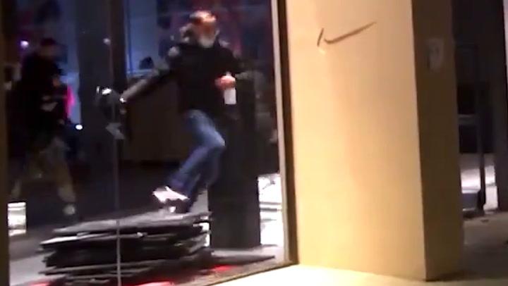 El trompazo viral de un asaltante de la tienda Nike