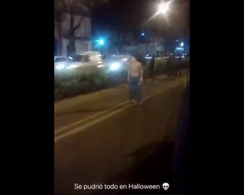 Festejaban Halloween, un automovilista los corrió con un machete y todos fueron presos
