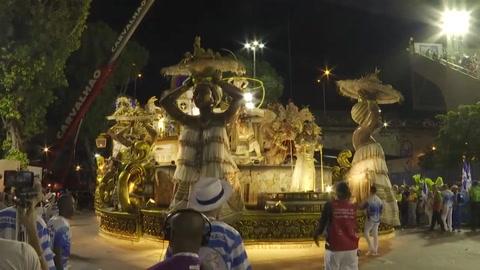 Alegría y protesta en el cierre de los desfiles del carnaval de Rio