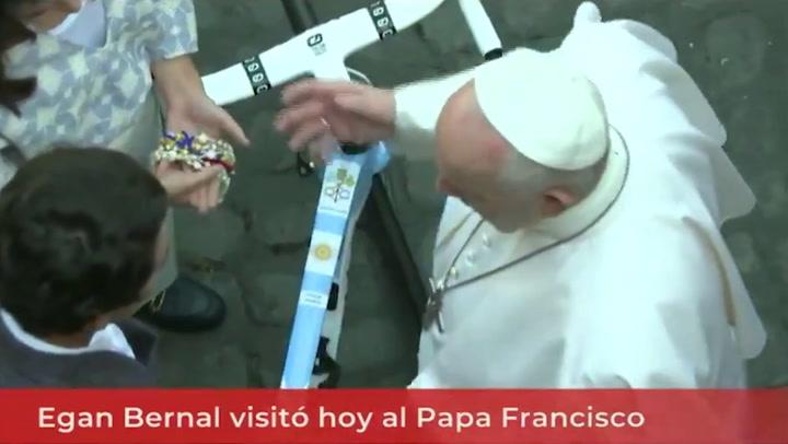 Egan Bernal visita al Papa y le regala una bicicleta con los colores de Argentina