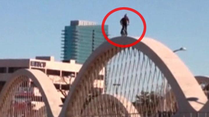 Vanvittig sykkelstunt på bro i Texas