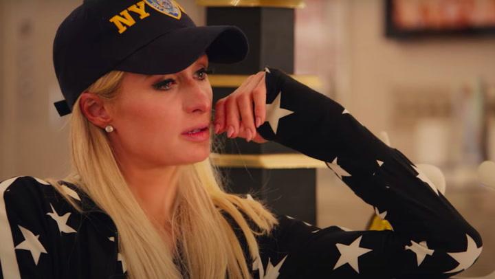 Paris Hilton llora al recordar un doloroso trauma infantil