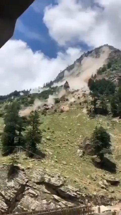 VIDEO: Aterrador derrumbe de una montaña deja nueve muertos al norte de la India