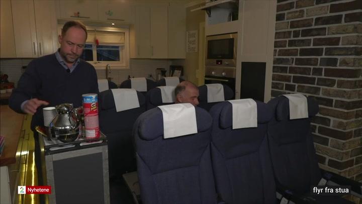 Gunnar sitter på flyseter i stua