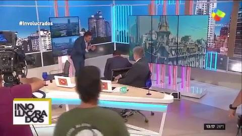 Una conductora de TV se dio un terrible porrazo en pleno programa