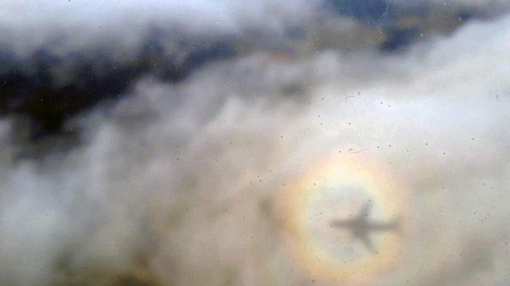 Sjekk regnbuen som «forfølger» flyet