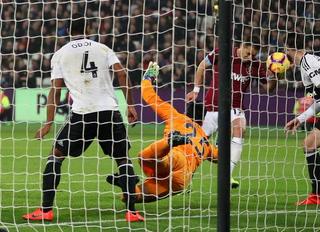 Chicharito Hernandez marca con la 'Mano de Dios' en la Premier League