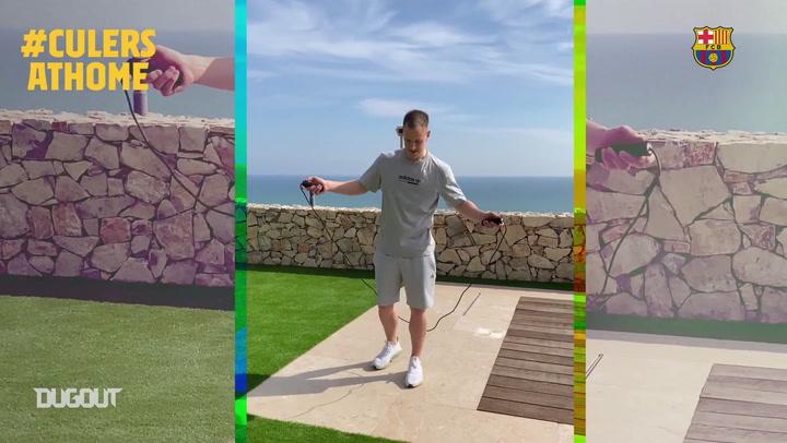Jogadores do Barça continuam treinando em casa durante quarentena