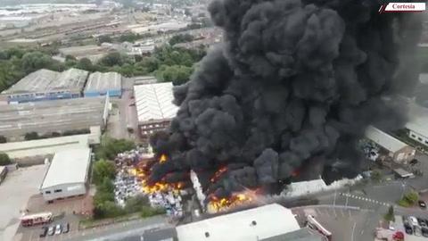 Pavoroso incendio en Birmingham envuelve fábrica de plásticos