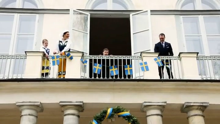 La simpatía y el entusiasmo del príncipe Oscar conquistan en el Día Nacional de Suecia