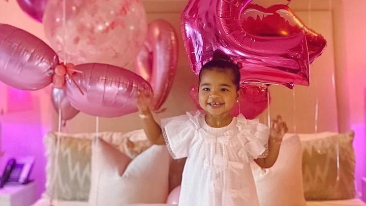 Khloé Kardashian llena la casa de globos y \'trolls\' para celebrar el cumpleaños de su hija True