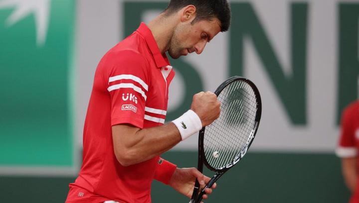 Djokovic pide cita con Nadal en semifinales a puntapiés y gritos