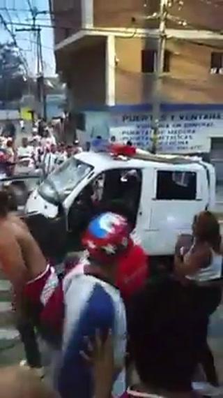 Momento en que destruyen vehículo de la Policía afuera del Nacional
