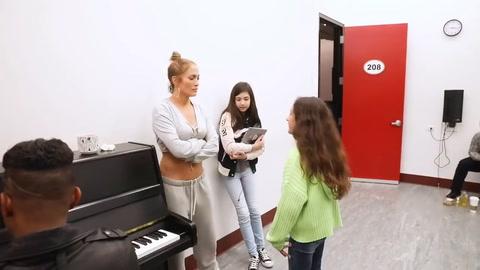 Hija de Jennifer López sorprende Cantando